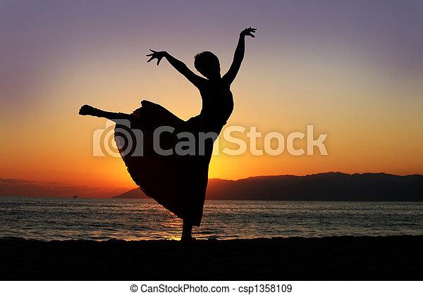 женщина, закат солнца, танцы - csp1358109
