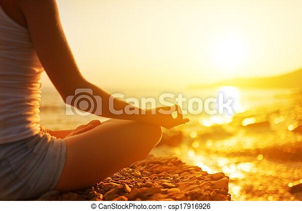 женщина, meditating, пляж, йога, рука, поза - csp17916926