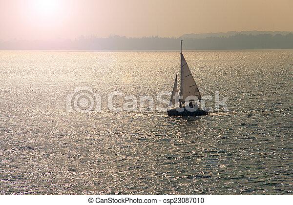 закат солнца, парусный спорт - csp23087010