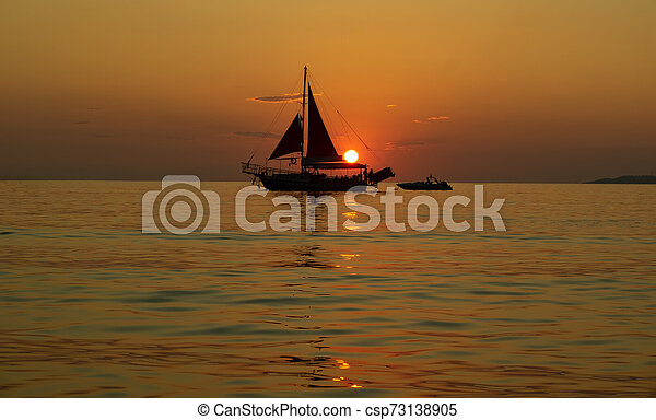 корабль, закат солнца, парусный спорт, море - csp73138905