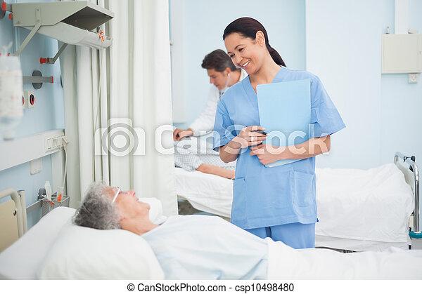 пациент, медсестра, улыбается - csp10498480