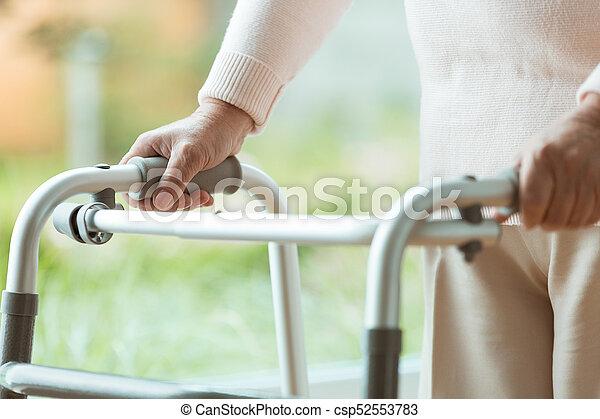 с помощью, гулять пешком, рамка, старшая, человек - csp52553783