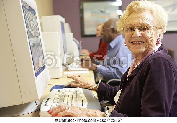 с помощью, старшая, женщина, компьютер - csp7422867