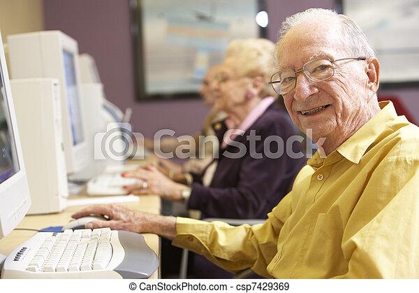 с помощью, старшая, компьютер, человек - csp7429369