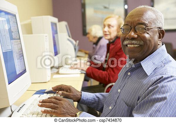 с помощью, старшая, компьютер, человек - csp7434870