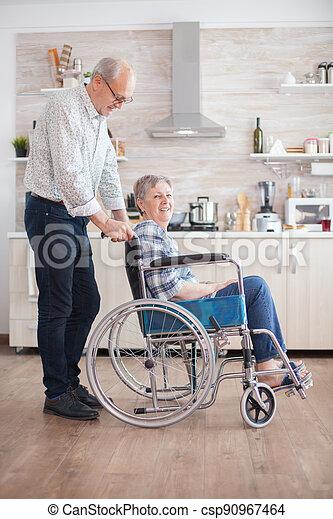 disability, жена, помощь - csp90967464